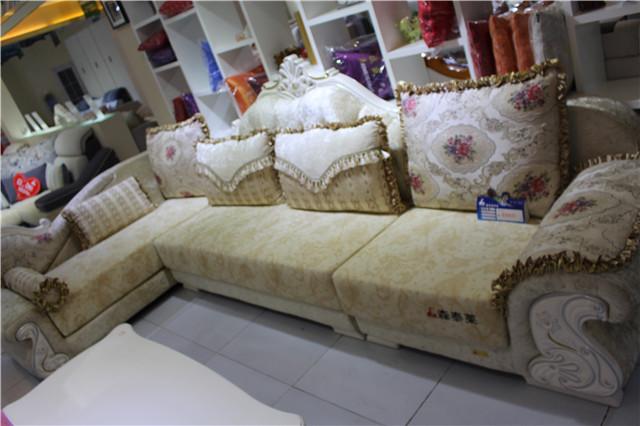 现在市场上,出现了一种非常受到消费者青睐的沙发种类。那就是免洗布艺沙发。这种沙发的出现,是和广大的消费群体的需要分不开的。因为现在年轻人的工作压力都比较大,工作时间很长。因此很少有时间去打理家中的家务。特别是沙发,对年轻人来说,就是家里的另一张床。也是他们可以尽情放松的地方。 所以为了满足年轻群体,还有其他中老年群体的这种享受的需要,免洗布艺沙发就应运而生了。在受到广大消费者喜爱的同时,市场上也出现了另一种关于免洗布艺沙发的声音。那就是免洗布艺沙发什么牌子好